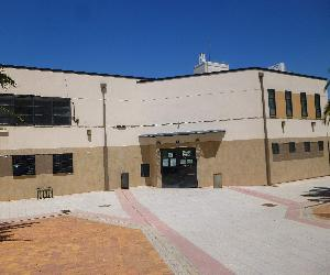 https://upload.wikimedia.org/wikipedia/commons/6/61/Fuenlabrada_-_Biblioteca_Municipal_Antonio_Machado_2.JPG